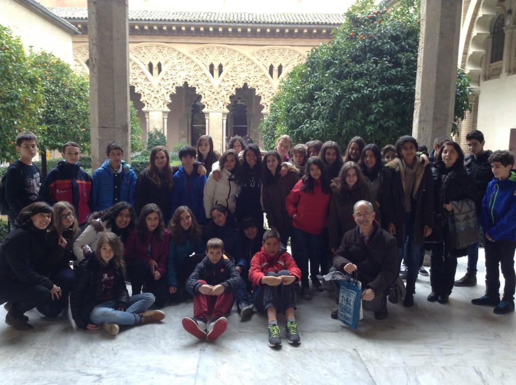 Alumnos y profesores en el Patio de los Naranjos de la Aljafería.